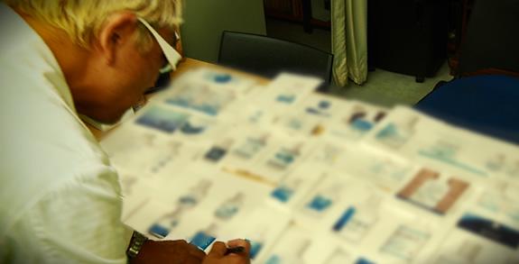 高木医院長による次亜水ボトルのラベルデザイン選考風景